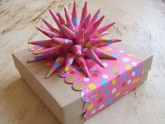 ArtMind: Guest post: Tutorial: How to Make a Paper Spike Bow diy-and-gifts Gift Wrapping Bows, Creative Gift Wrapping, Gift Bows, Creative Gifts, Wrapping Ideas, Diy Birthday Wrapping Paper, Origami, Diy Paper, Paper Crafting