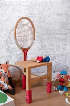 Jeu, set et match ! Pour donner une seconde vie à une ancienne raquette de tennis, pourquoi ne pas la transformer en chaise d'enfant ? Daphné du blog Be Frenchie, a réalisé pour 18h39 un pas à pas pour vous guider dans cette création. Avec son style vintage, cette raquette fera un superbe dossier de chaise, à la fois pratique et original. Voilà une chaise parfaite pour dynamiser la déco de vos sportifs en herbe ! #vintage #DIY #tuto #faitmain #handmade #tutoriel