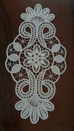 This Pin was discovered by Tül Crochet Motif, Irish Crochet, Crochet Designs, Crochet Doilies, Crochet Lace, Machine Embroidery Projects, Hand Embroidery Patterns, Lace Patterns, Crochet Patterns