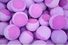 NOVINKA! 🌸 Na e-shop sme pridali nový produkt - Bath Bombs od The Soap Shop 😍 Máme ich v dvoch prevedeniach. Toto je šumivá bomba do kúpeľa Berry Blast, so sladkou ovocnou vôňou zmesi jahôd, malín a čučoriedok ♥️ Užite si voňavú kúpeľ s bath bombs, ktoré vo vani vybublajú na krásnu sýtu farbu 🛁