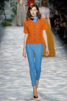 Why am I so in love with those leather pants? that orange cable knit shirt rocks too. Jenny Packham Fall 2017 Ready-to-Wear collection.
