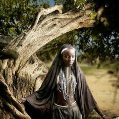 """""""Aquele que corre só não pode ser ultrapassado"""" -- Provérbio etíope  Foto: jovem da tribo Árvore habitante do Vale Inferior do Rio Omo"""