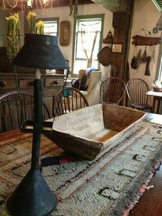 I have a prim box like this.the 'foundation' for the fall season is corn shocks (mainly the tops with the tassels and dried leaves) and then large gourds, Indian corn, pumpkins. lovely and nature-ly prim! Primitive Dining Rooms, Primitive Kitchen, Primitive Furniture, Primitive Antiques, Country Primitive, Primitive Bedroom, Prim Decor, Country Decor, Rustic Decor