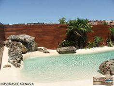 Esta Piscina de Arena hizo un cambio espectacular en un rincón del jardín que estaba desaprovechado. ¿Te imaginas cómo quedaría una en tu rincón de los trastos? #piscinadelujo #piscinaexclusiva #poolnature #piscinaenjardinpequeño Beach Entry Pool, Backyard Beach, Backyard Pool Designs, Small Backyard Pools, Backyard Paradise, Small Pools, Natural Swimming Pools, Swimming Pools Backyard, Swimming Pool Designs