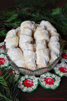 cornulete fragede cu untura Romanian Desserts, Romanian Food, Sweets Recipes, Cake Recipes, Cooking Recipes, Peach Cookies, Homemade Sweets, Cata, Food Cakes