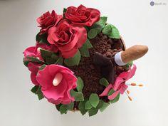 Torte als Blumentopf mit vielen essbaren, modellierten Blüten