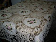 Mantel en crochet y tela bordada en cinta