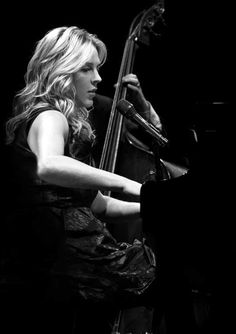 Diana Krall, one of my favorite jazz musicians. She is effortless. Diana Krall, Jazz Artists, Jazz Musicians, Music Artists, Stoner Rock, Beatles, All About Jazz, Bagdad, Piano Player