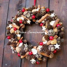 Vánoční věnec / Zboží prodejce Černínová Petra | Fler.cz Christmas Tree Design, Diy Christmas Ornaments, Christmas Wreaths, Christmas Decorations, Holiday Decor, All Things Christmas, Christmas Time, Wine Cork Wreath, Acorn Crafts