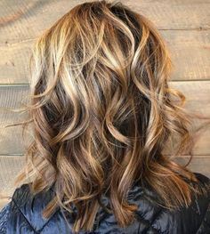 Medium Wavy Caramel Bronde Hairstyle Medium Shaggy Hairstyles, Haircuts For Medium Length Hair, Shaggy Haircuts, Curly Bob Hairstyles, Layered Haircuts, Medium Hair Styles, Curly Hair Styles, Haircut Medium, Wedding Hairstyles