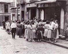 Cola en la pescadería de la calle embajadores 36. Junto a la taberna Casa Paco. Santos Yubero, 1950.