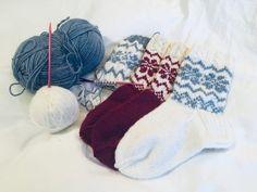 Kuviolliset talvisukat – Nurjia silmukoita Throw Pillows, Knitting, Toss Pillows, Cushions, Tricot, Breien, Decorative Pillows, Stricken, Weaving