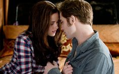 """Em """"Eclipse"""", Edward pede Bella em casamento de maneira tradicional, de joelhos e tudo mais. Ele dá o anel de noivado que era de sua mãe e Bella, claro, aceita! Muito lindo!"""