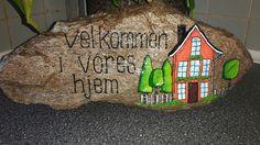 Stor velkomst sten med hus, malet med posca tusser og molotow tusser