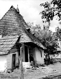 Bătrână pe prispa casei Moişeni - august 1939 Farm Life, Farm House, Vintage Farm, Abandoned Places, Romania, Prison, House Styles, Sanskrit, Houses