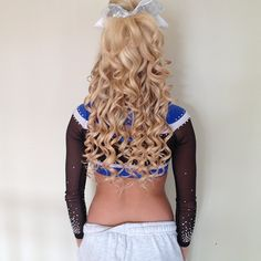 blonde curly hair with cheer bow. Braids With Curls, Cool Braids, Cheerleading Outfits, Cheerleader Hair, Game Day Hair, Beautiful Blonde Hair, Blonde Curly Hair, Cool Hairstyles, Cheer Hairstyles