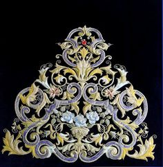 WHY are they making such BEAUTIFUL GOLD Embroidery in Spain!!!!---- WHY??? CENTRO DE DISTRIBUCION COFRADE: SAYAS BORDADO APLICACION
