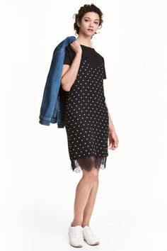 Slip dress: CONSCIOUS. Short dress in patterned chiffon with a V-neck and narrow shoulder straps. Lined with a wide lace trim at the hem. The dress is made partly from recycled polyester.