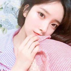 imagem discovered by ʕ Korean Beauty Girls, Pretty Korean Girls, Cute Korean Girl, Sexy Asian Girls, Beautiful Asian Girls, Korean Girl Groups, Asian Beauty, Ulzzang Makeup Tutorial, Korean Girl Photo