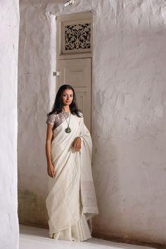 Love this gorgeous white saree from Anavila. Indian Look, Indian Wear, Indian Style, Modern Saree, White Saree, Desi Wear, Dressed To Kill, Handloom Saree, Cotton Saree