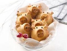 Für das schnell gemachte Rezept Gebackene Glücksschweinchen Schinken grob zerteilen und gemeinsam mit dem Schlagobers in einer Küchenmaschine pürieren. Den Cognac darunter mischen und nach Belieben mi