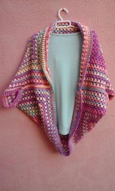 Chaqueta fácil crochet – Enganchada al Ganchillo Crochet Bolero, Crochet Coat, Crochet Cardigan, Crochet Motif, Diy Crochet, Crochet Clothes, Crochet Granny, Crochet Baby, Crochet Patterns