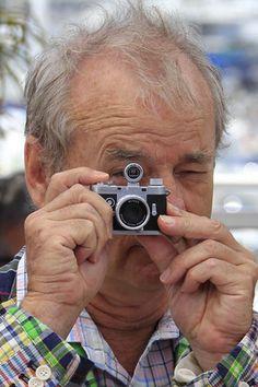 Insolite au Festival de Cannes: Bill Murray pose avec un mini appareil photos en 2012