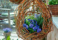 Basteltipp: Dekorative Blumenampel aus Weidenzweigen