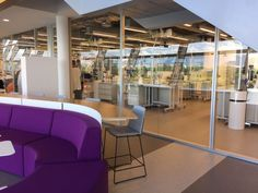 Não somos pisos vinílicos, somos pisos de borracha. Os pisos Nora são 100% de borracha, baseados em qualidade e sustentabilidade com mais de 300 variações de cores e design, totalmente ergonômico, certificação LEED, resistente a manchas, ao grande tráfego comercial e voltado para diversas aplicações. Pisos de borracha Noraplan Eco + Revestimentos de escadas pré-moldados pelo escritório de arquitetura RAF Arquitetura e a construtora Afonso França Engenharia no Novo centro de pesquisas L´oréal…