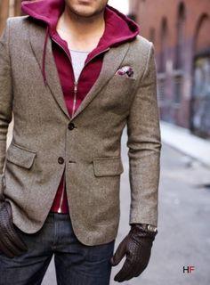 ¿Como darle un toque informal a una americana? Conuna sudadera con capucha y de color llamativo.