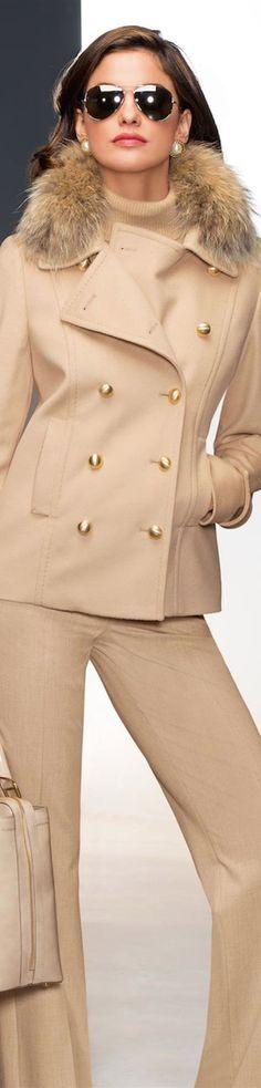когда нужно выглядеть на все 100%, формируйте костюм полностью в светлых тонах, это выглядит дорого и производит сильное впечатление. Это могут быть как оттенки бежевого, так и просто сложные цвета из Вашей палитры