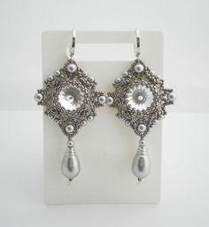 Kalte Perlen Ohrringe mit Swarovski-Kristallen und Perlen Imitationen