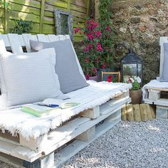 Modern garden pictures and photos for your next decorating project. Find inspiration from of beautiful living room images Outside Seating Area, Outdoor Seating Areas, Garden Seating, Banquette Palette, Pallet Seating, Pallet Wood, Pallet Ideas, Pallet Garden Furniture, Living Room Images
