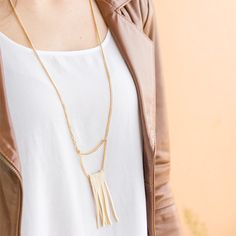 Make this beautiful fringe necklace in less than 10 minutes! (in Portuguese)