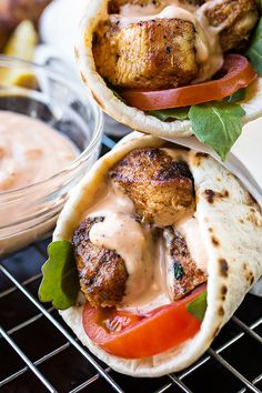 Lemon Chicken Flatbread Wraps with Spicy Garlic Sauce Grilled Lemon Chicken Flatbread Wraps with spicy garlic sauce -Use low-carb flatbread.Grilled Lemon Chicken Flatbread Wraps with spicy garlic sauce -Use low-carb flatbread. Think Food, I Love Food, Good Food, Yummy Food, Tasty, Grilling Recipes, Cooking Recipes, Healthy Recipes, Soap Recipes