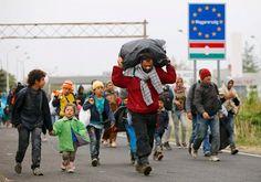 Turvapaikanhakijoita käveli Unkarista Itävaltaan viime viikon perjantaina.