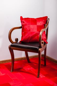 Czy w Twoim salonie brakuje wysublimowanych dodatków, które wzbogaciłyby całą aranżację? Jeśli tak, koniecznie zajrzyj do In Situ.  Na szczególną uwagę zasługują prześliczny futrzany dywan i poducha w kolorze soczystej czerwieni. Dekoracje zostały wykonane z największym kunsztem i największą precyzją, dzięki czemu w duecie stanowią unikalny dodatek dla przestrzeni wnętrzarskiej.  In Situ, Powsińska 20A Warszawa.