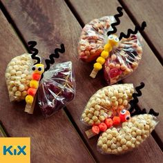 Butterfly craft, sandwich bag half filled with Kix cereal or other snack, butterfly decorated clothespin clipped in middle of bag.                                                                                                                                                                                 Más