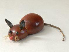 Sammeln Sie mit Ihrem Kind Kastanien beim Herbstspaziergang und basteln eine lustige Kastanien-Maus. Unser kostenloser Basteltipp zeigt Ihnen Schritt für Schritt, was Sie für die Figur brauchen.