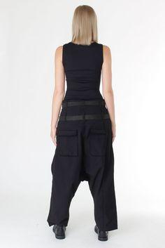 Weitere Hose mit zwei Ledergürteln und einem tiefen Schritt von Pal Offner.  Details  - Festes Material aus Baumwolle-   Elastanmix - Zwei Ledergürtel 5d32bbfbebd03