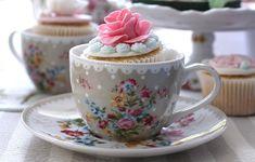 Cupcakes são ótimos acompanhamentos para o chá. Que tal servi-los dentro de uma xícara também?