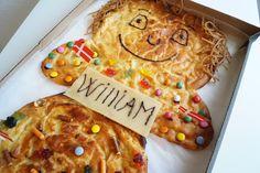 Kagemand. Opskrift på en kagemand eller kagekone til fødselsdag. Kagemanden er pyntet med glasur, marcipan med navn og slik. Se billeder og opskrift her.