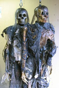 How to vamp up your ugly white plastic skeletons to look more realistic and scary Scary Halloween Decorations, Halloween Skeletons, Outdoor Halloween, Halloween Skull, Halloween Costumes, Zombie Clothes, Halloween Projects, Halloween Ideas, Looks Cool