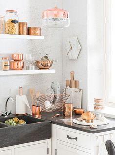 moderne Küche mit Details in kupfergold