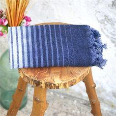 Gri Batik Pamuk Peştemal                                   - Koleksiyonun canlı renkleri; mavi okyanuslardan, sualtı bitkilerinden ve yine sualtı hayvanlarından ilham alıyor. Baskı, batik ve suluboya efektleri ile dalgaları, akarsuları ve doğal yaşamı tasvir ediyor. Ebat: 85 x 150 cm Renk: Gri Kumaş Türü: %100 Pamuk Paket İçeriği: 1 Adet Peştemal Ürün Özelliği: Özel El-yapımı Batik Boyama yönteminin uygulandığı bu peştemaller; Yüksek su emişi, kolay kuruması, inceliği ve rahat taşıma…
