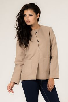 Beżowy płaszcz damski o klasycznym fasonie