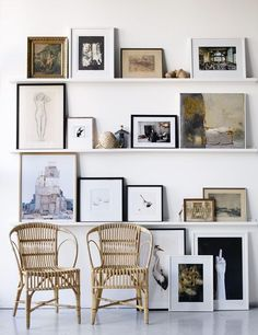 gallery wall using shelves //Galleri – Linda Åhman Interior Designer – Chic Home Office Design Inspiration Wand, Interior Inspiration, Daily Inspiration, Floor Art, Home And Living, Interior And Exterior, Exterior Design, Living Spaces, Living Room