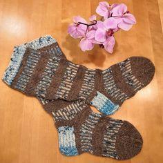"""0 gilla-markeringar, 0 kommentarer - Christine Widd (@hcwstickning) på Instagram: """"Färdiga sockor. 😊 Mönster 38 i Novita 4/2019.  #knitting #villasukat #yllesockor #woolsocks…"""" Fingerless Gloves, Arm Warmers, Socks, Instagram, Fashion, Projects, Fingerless Mitts, Moda, Fashion Styles"""