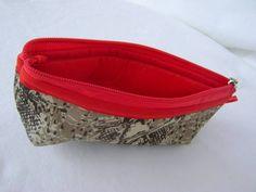 Nécessaire feita em tecido 100% algodão e forrada com nylon.   Mede aproximadamente 16cm de largura, 7cm de altura e 5cm de profundidade. R$ 12,00