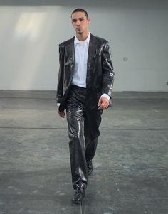 Helmut Lang Fall 1998 Ready-to-Wear Fashion Show Leather Jacket Outfits, Leather Blazer, Leather Men, 1990s Mens Fashion, Men Fashion Show, Fashion Brands, High Fashion, Kenzo, Balenciaga